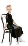 Piccolo ballerino snello che posa vicino alla vecchia sedia di Vienna Immagine Stock
