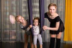 Piccolo ballerino in un'amaca aerea di yoga fotografia stock libera da diritti