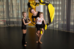 Piccolo ballerino in un anello acrobatico immagini stock