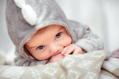 Piccolo bambino adorabile in una tuta divertente fotografia stock