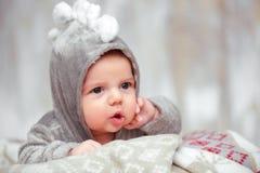 Piccolo bambino adorabile in una tuta divertente fotografie stock libere da diritti