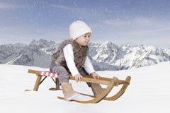 Piccolo bambino all'aperto nella neve nelle alpi Immagini Stock