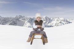 Piccolo bambino all'aperto nella neve nelle alpi Fotografia Stock