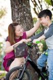 Piccolo bambino asiatico con pratica della madre a guidare una bicicletta immagine stock libera da diritti