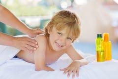 Piccolo bambino biondo adorabile che si rilassa nella stazione termale con avere massaggio Immagine Stock Libera da Diritti