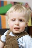 Piccolo bambino biondo sveglio fotografie stock libere da diritti