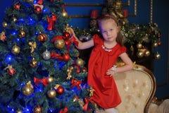 Piccolo bambino biondo in un vestito rosso fotografie stock