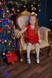 Piccolo bambino biondo in un vestito rosso fotografia stock