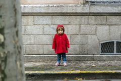 Piccolo bambino in cappotto rosso fotografia stock libera da diritti
