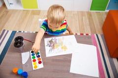 Piccolo bambino che attinge la carta Fotografia Stock