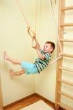 Piccolo bambino che cammina sulla corda per funamboli negli sport complessi. Immagine Stock