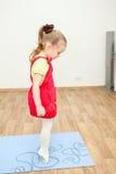 Piccolo bambino che cammina sulla punta dei piedi sopra la stuoia di sport fotografia stock libera da diritti