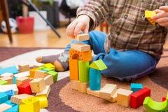 Piccolo bambino che gioca con i blocchi di legno Fotografia Stock Libera da Diritti