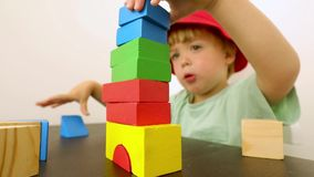 Piccolo bambino che gioca con i blocchi stock footage