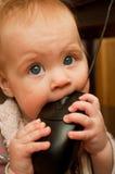 Piccolo bambino che gioca con il mouse del calcolatore Fotografia Stock Libera da Diritti