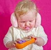 Piccolo bambino che gioca con il telefono Immagini Stock Libere da Diritti