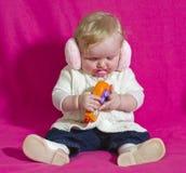 Piccolo bambino che gioca con il telefono Immagine Stock
