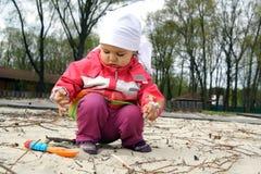 Piccolo bambino che gioca con la sabbia Fotografia Stock