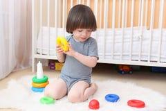 Piccolo bambino che gioca i blocchetti di incastramento Fotografia Stock Libera da Diritti