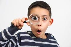 Piccolo bambino che osserva con la sorpresa Fotografie Stock Libere da Diritti