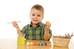 Piccolo bambino che vernicia le uova di Pasqua Fotografia Stock Libera da Diritti