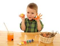 Piccolo bambino che vernicia le uova di Pasqua Fotografie Stock