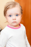 Piccolo bambino con gli occhi azzurri Fotografie Stock