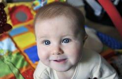 Piccolo bambino con i grandi occhi azzurri fotografie stock libere da diritti