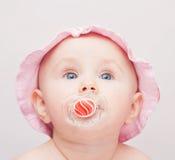 Piccolo bambino con il cappello dentellare fotografia stock