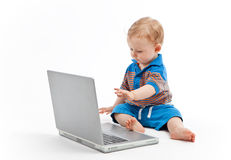 Piccolo bambino con il computer portatile Fotografia Stock Libera da Diritti