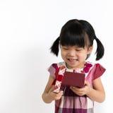 Piccolo bambino con il contenitore di regalo Immagine Stock