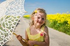 Piccolo bambino con il ritratto sorridente del parasole fotografia stock