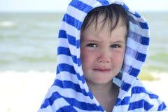 Piccolo bambino con il rossore sulla pelle, soffrente dalle allergie alimentari Fotografia Stock