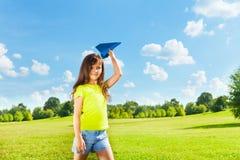 Piccolo bambino con l'aereo di carta Fotografia Stock Libera da Diritti