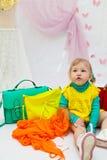 Piccolo bambino con le borse di cuoio colorate Fotografia Stock