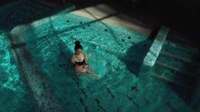 Piccolo bambino con nuoto della madre archivi video