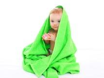 Piccolo bambino del ritratto sotto l'asciugamano su bianco fotografia stock libera da diritti