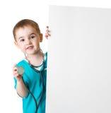 Piccolo bambino di medico dietro l'insegna in bianco isolata Fotografia Stock