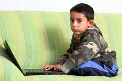 Piccolo bambino e computer portatile Fotografia Stock Libera da Diritti