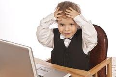 Piccolo bambino e computer portatile. Immagine Stock