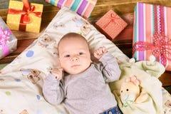 Piccolo bambino e presente variopinti Fotografie Stock