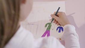 Piccolo bambino estrae una matita su un foglio di carta azione Una ragazza attinge un foglio di carta Un regalo per la mamma video d archivio