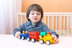 Piccolo bambino felice che gioca soffiatore di plastica Immagini Stock Libere da Diritti