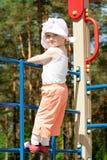 Piccolo bambino felice in cima ad un'alta scaletta Immagini Stock Libere da Diritti
