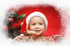 Piccolo bambino felice con i regali di Natale, ferrovia del giocattolo Natale con i regali e l'albero dei bambini Fotografie Stock Libere da Diritti