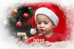 Piccolo bambino felice con i regali di Natale, ferrovia del giocattolo Natale con i regali e l'albero dei bambini Fotografia Stock Libera da Diritti