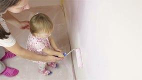 Piccolo bambino felice con la parete della pittura della mamma archivi video