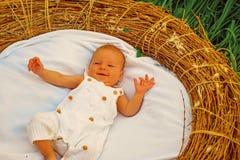 Piccolo bambino in greppia Neonato sveglio Bambina o ragazzo Programma d'alimentazione neonato Alimenti il vostro su richiesta ne immagini stock