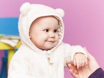 Piccolo bambino nei sorrisi del costume dell'orso bianco Fotografie Stock Libere da Diritti