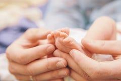 Piccolo bambino neonato infantile in maternità sui suoi padri fotografia stock libera da diritti
